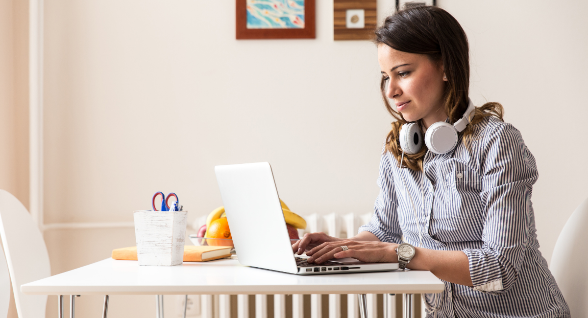girl using laptop to submit article